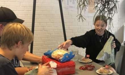 Lagkage og gaver til eleverne på FGU Nordvestsjællands fødselsdag